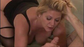 Блондиночка сбрасывает свою дрочку на деревянном полу
